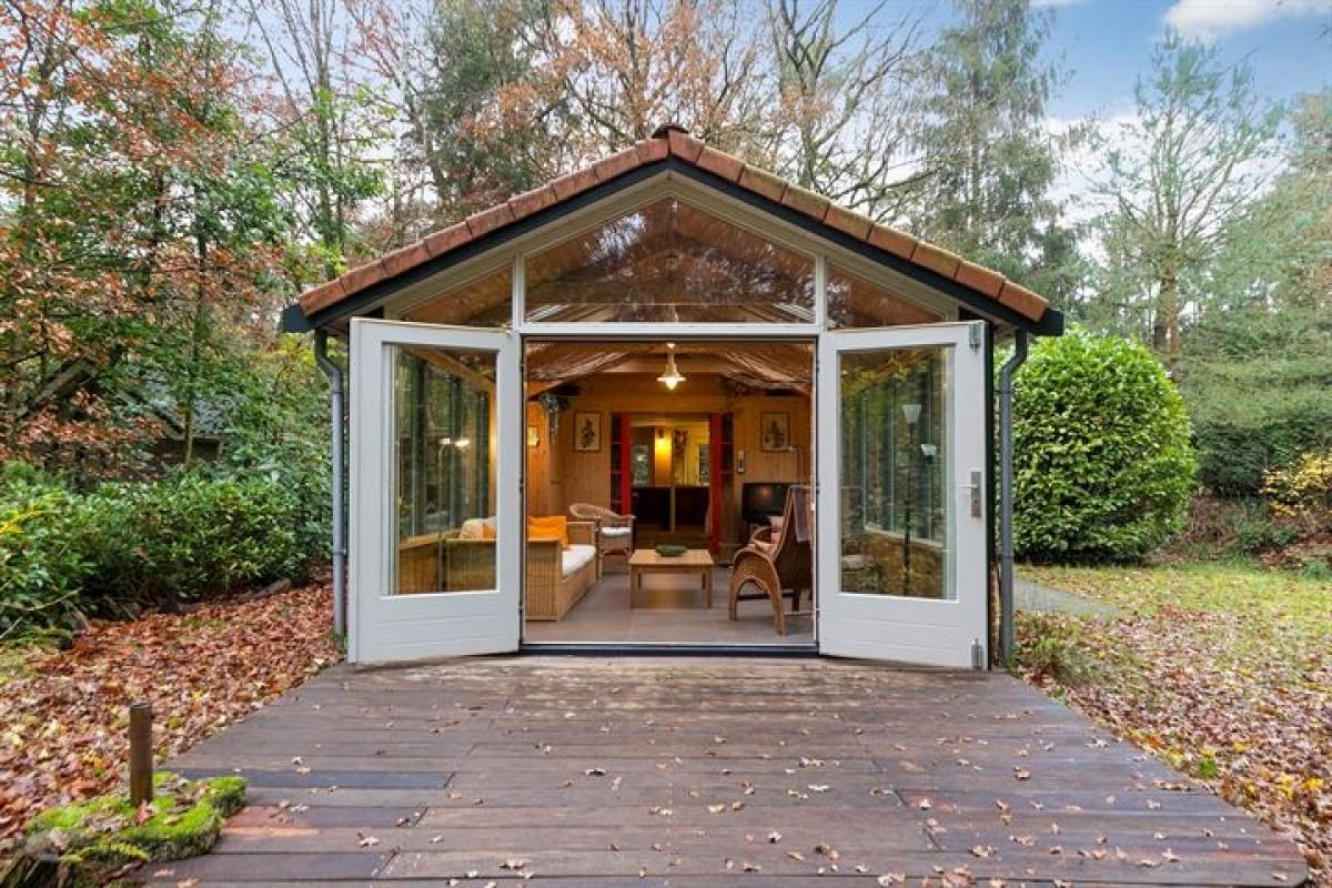 Vakantiehuis De Kleine Vos in het bos van Norg, met rieten dak en heerlijke serre. Gratis WIFI header afbeelding