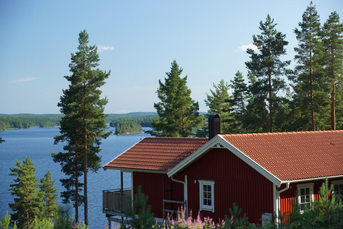 Schitterend gelegen vakantiehuis met prachtig uitzicht over een groot meer. header afbeelding