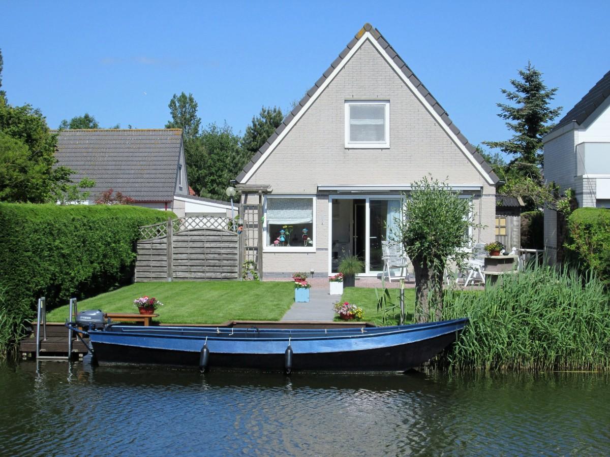 Bungalow met boot aan vaar en viswater Medemblik 6 pers  header afbeelding