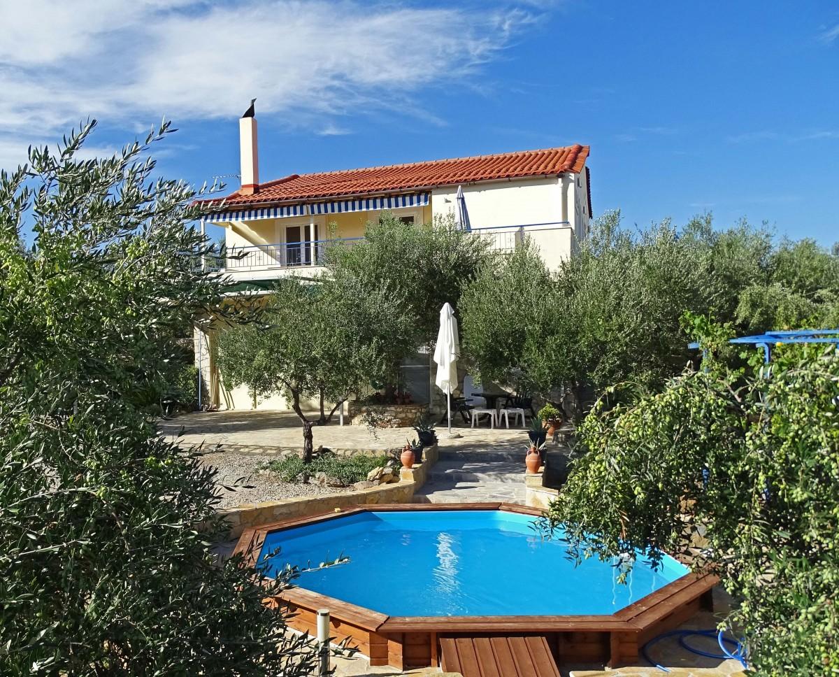 Villa vlakbij zee met zwembad tussen olijfbomen header afbeelding