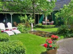 tuin 15 mei met vijver en ligstoelen 012.jpg
