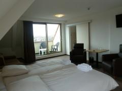 Ruime hotelkamer met slaapbank.jpg