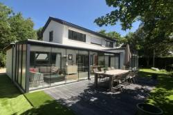 Te huur, vrijstaande, mooie en luxueuze villa in Zeeland in Cadzand-Bad, 2 – 7 personen. 5 minuten lopen van het strand.